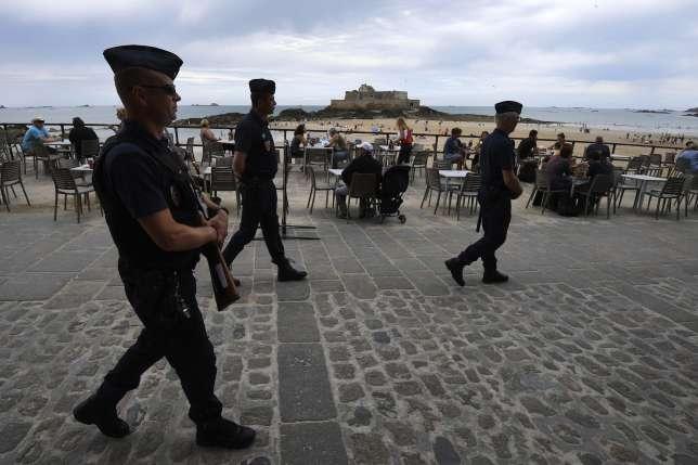 Des CRS devant la plage de Saint-Malo. L'état d'urgence a été reconduit dans la nuit du 14 au 15 juillet.