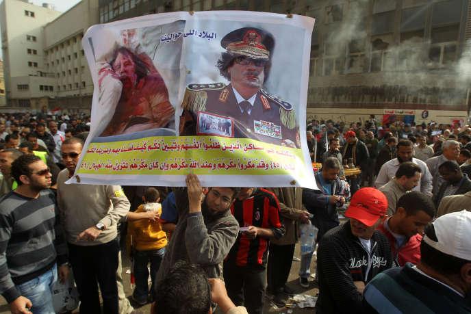 Manifestation au Caire en novembre 2011, place Tahrir, un mois après la mort du dictateur libyen Mouammar Kadhafi le 20 octobre.