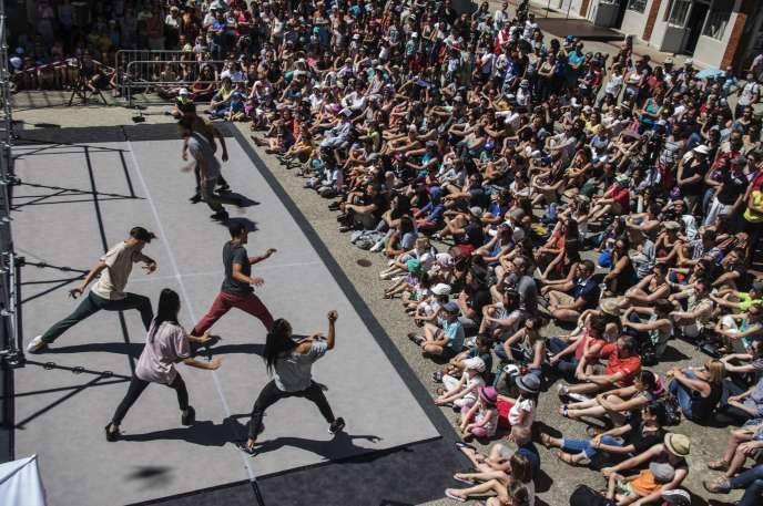 La création «D-Construction» de la compagnie Dyptik pendant le festival Chalon dans la Rue.
