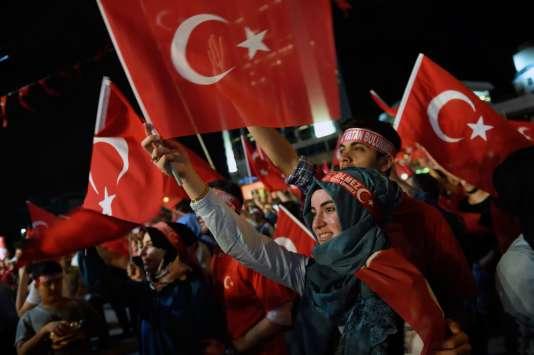 Des partisans du président sur la place Taksim d'Istanbul, le 20 juillet.