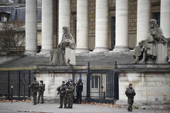 François Hollande a appelé à soutenir le travail des forces de l'ordre, mises sous pression par dix-huit mois d'état d'urgence et la série d'attentats.