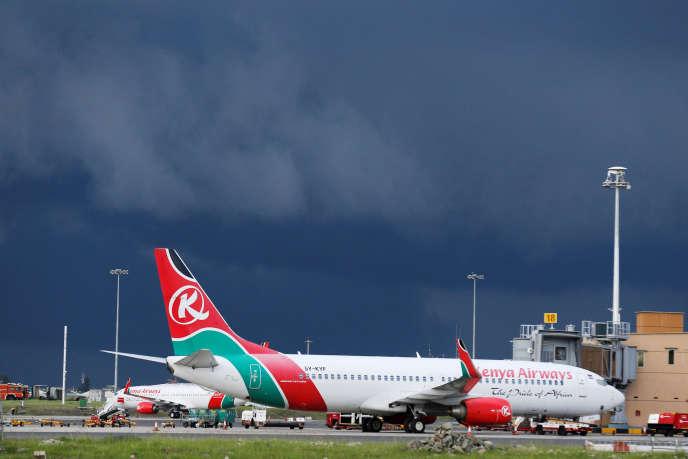 Des avions de la compagnie Kenya Airways à l'aéroportinternational Jomo Kenyatta de Nairobi.