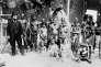 Groupe d'indigènes africains, avec un personnage européen, à l'Exposition universelle de 1900.