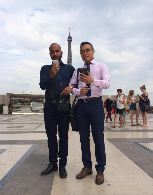 Certains joueurs, comme Hilal et Bernard, n'hésitent pas à aller capturer des Pokémon à la sortie du travail.