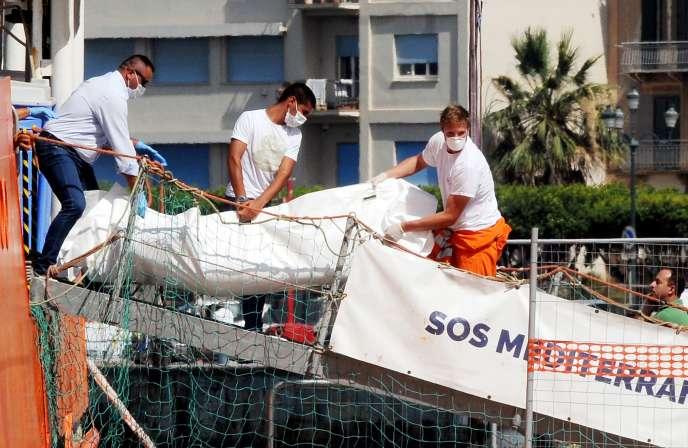 Le corps d'un migrant mort en Méditerranée est débarqué au port de Trapani, en Sicile, le 22 juillet 2016. Vingt-deux corps avaient été découverts après le naufrage de leur canot pneumatique.
