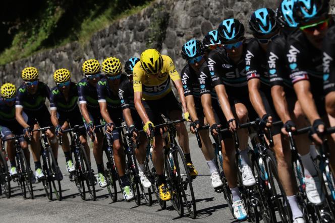 Le maillot jaune derrière ses coéquipiers, mercredi 20 juillet, entre Berne et Finhaut.