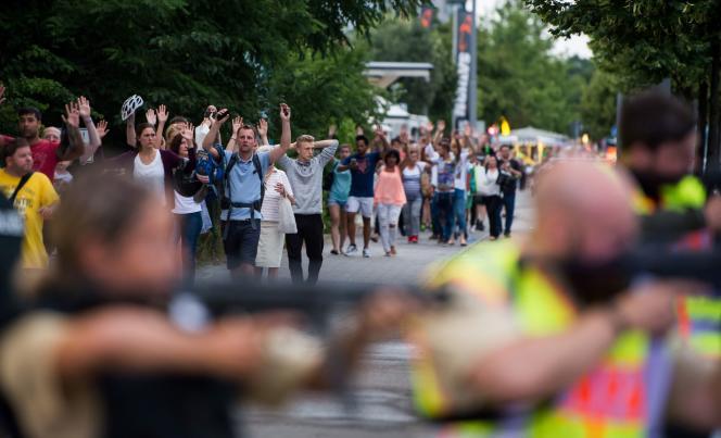 Evacuation du centre commercial Olympia sous la protection de la police en fin d'après-midi.