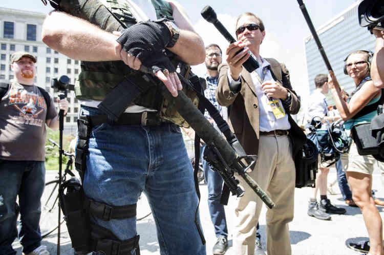 Un homme montre son arme, un AR-19, lors du deuxième rassemblement sur la place publique de Cleveland, où le port d'armes à feu est autorisé. Le 17 juillet.