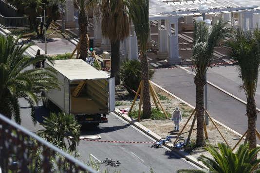 Des officiers de police établissent des constatations sur le camion qui servi pour l'attentat commis par Mohamed Lahouaiej Bouhlel, le 14 juillet, à Nice.