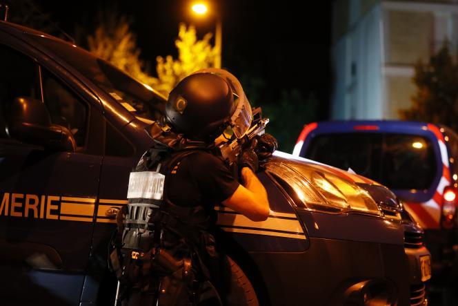 Dans la nuit de vendredi à samedi, quatre gendarmes ont été « blessés très légèrement », selon la préfecture.