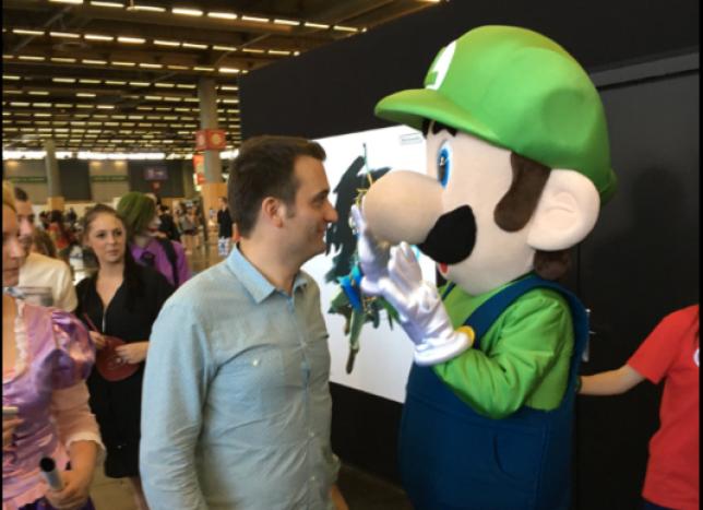 Florian Philippot avec Luigi, un des autres personnages de Nintendo.