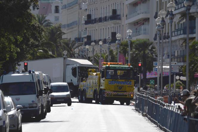 Le véhicule qui a servi d'arme est remorqué, le15 juillet.