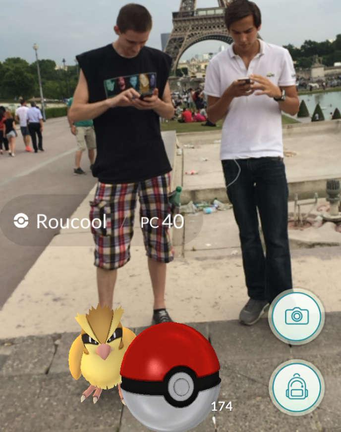 Les Pokémon et les dresseurs se mêlent aux touristes de l'esplanade du Trocadéro.