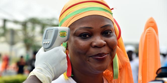 A Malabo, en Guinée équatoriale, opération de prévention avant un match de foot entre le Sénégal et l'Algérie, en 2015, pendant la coupe d'Afrique.