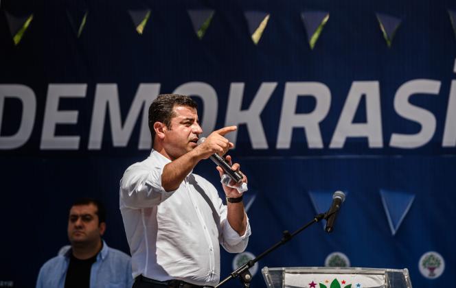 Le coprésident du Parti de la démocratie des peuples (HDP, prokurde),Selahattin Demirtas, prend la parole lors d'un rassemblement de ses partisans contre la tentative de putsch militaire, le 23 juillet, à Istanbul.