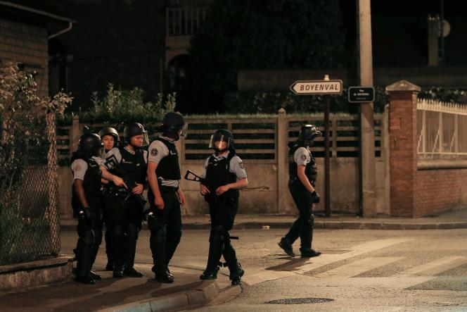 Des gendarmes patrouillent dans les rues deBeaumont-sur-Oise, le 23 juillet 2016, après que la mort d'Adama Traoré, le 19 juillet, a entraîné cinq nuits d'affrontements.