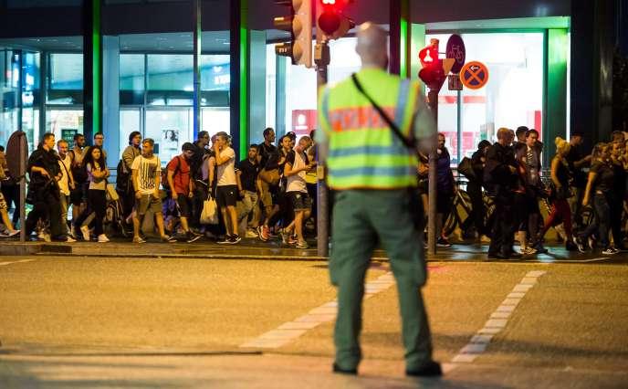 Le centre commercial Olympia, à Munich, est évacué sous l'étroite surveillance de la police, le 22 juillet 2016.