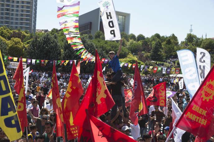 Des partisans du HDP (prokurde) rassemblés à Istanbul, le 23 juillet, contre la tentative de coup d'Etat militaire.