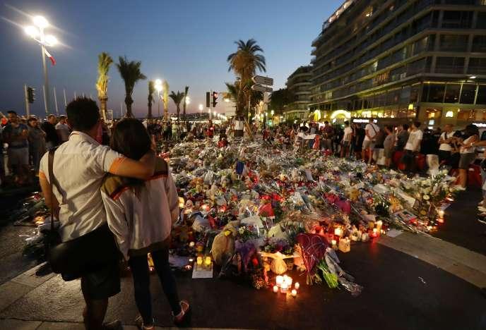 Des personnes se recueillent, à Nice le 18 juillet.