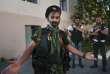 Un membre des forces de l'ordre devant le commissariat dans lequel est retranché depuis dimanche le groupe armé d'opposition arménien, dans la capitale Erevan.