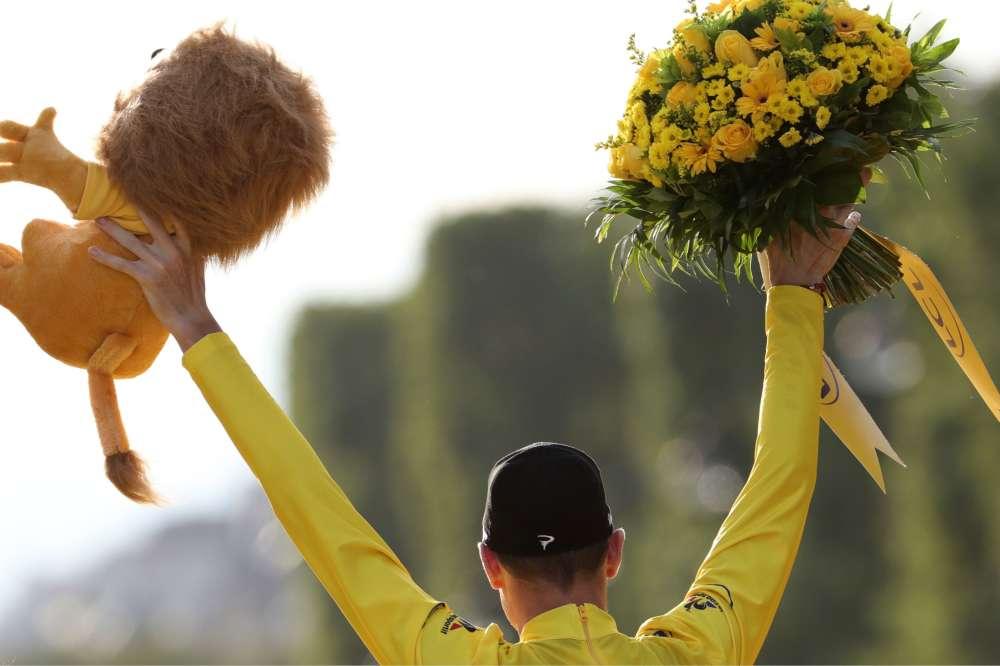 Christopher Froome lève les bras une troisième fois sur le podium protocolaire du Tour de France. Il rejoint Louison Bobet, Greg Lemond et Philippe Thys au rang des triples vainqueurs de la Grande Boucle.