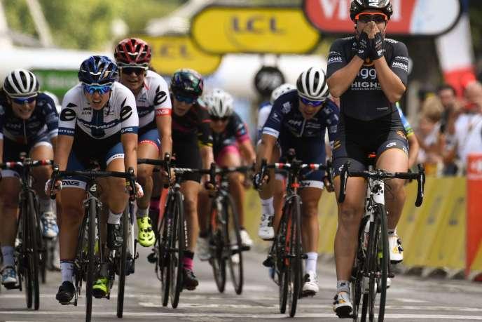 En 2016, l'Australienne, Chloe Hosking (à droite) remportait sur les Champs-Elysées«La Course by le Tour». Cette années, ellese déroulera sur un schéma bien particulier entre les Alpes et Marseille / AFP / LIONEL BONAVENTURE