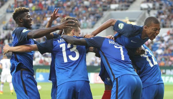 L'équipe de France de football des moins de 19 ans célèbre le deuxième but inscrit contre l'Italie, le 24 juillet.