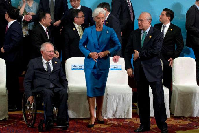 Christine Lagarde, directrice générale du FMI, entourée de Wolfgang Schäuble (à gauche), ministre des finances allemand, et Angel Gurria, secrétaire général de l'OCDE, au sommet du G20, à Chengdu, en Chine, le 24juillet.
