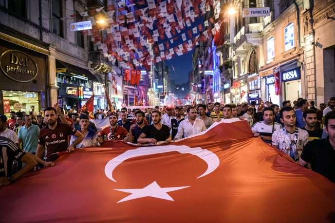 Des supporteurs défilent dans les rues d'Istanbul, le 23 juillet.