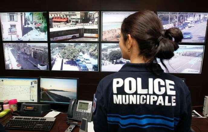 Une policière regarde les caméras de vidéosurveillance, le 8 août 2011 à Nice.
