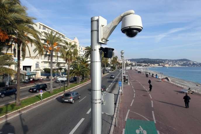 Une caméra de surveillance sur la Promenade des Anglais, à Nice (Alpes-Maritimes), en 2012.