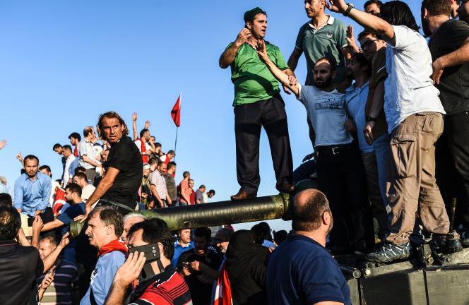 Des célébrations sur le pont du Bosphore, à Istanbul, le 16 juillet 2016