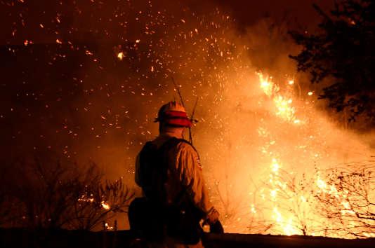 Malgré les efforts de 3 000 pompiers, l'incendie« Sand Fire», au nord de Los Angeles, était encore loin d'être maîtrisé le 25 juillet 2016.
