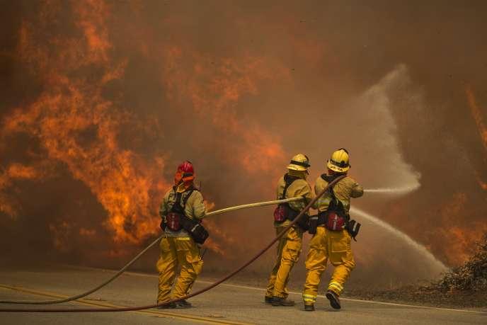 Des pompiers combattent les flammes à Sant Clarita, en Californie, le 24 juillet 2016.