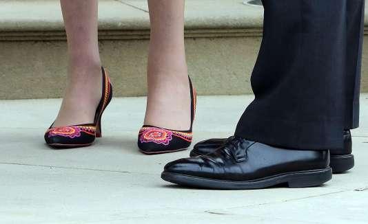 Les chaussures de la première ministre britannique, Theresa May, le 25 juillet, lors de son déplacement à Belfast (Irlande du Nord)