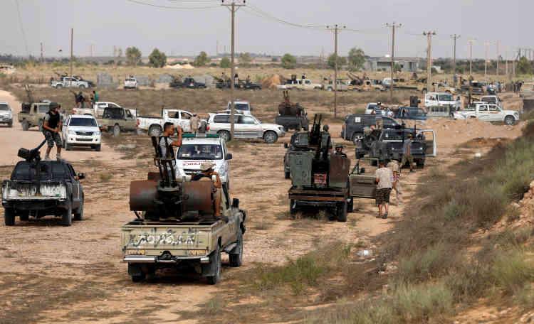 Un rassemblement des forces lybiennes, le 15 juillet. Cette fabrique d'explosifs est « la plus grande à être prise depuis le début de l'opération pour la libération de Syrte » lancée le 12 mai, a précisé le centre d'information des forces du GNA.
