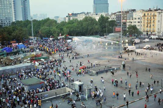 Le 15 juin 2013, la police utilise un canon à eau pour disperser des manifestants sur la place Taksim, à Istanbul.