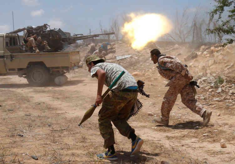 Les soldats du gouvernement soutenu par l'ONU tirent au canon sur une position djihadiste, à Syrte, le 21 juillet.