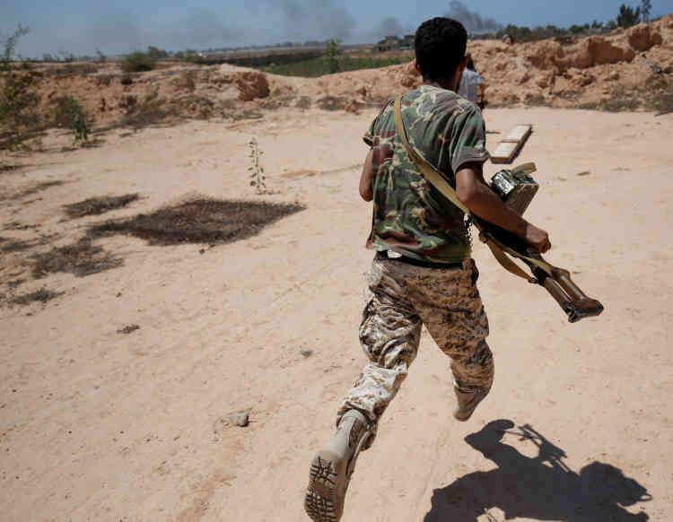 Un soldat court se mettre à l'abri, le 21 juillet.