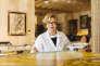Florence Half-Wrobel restaure une peinture à l'intérieur durestaurant Picasso, à Bellagio, le 12 décembre 2015.