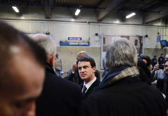 Manuel Valls, alors ministre de l'intérieur, en visite à Grigny (Essonne), le 19 mars 2013.