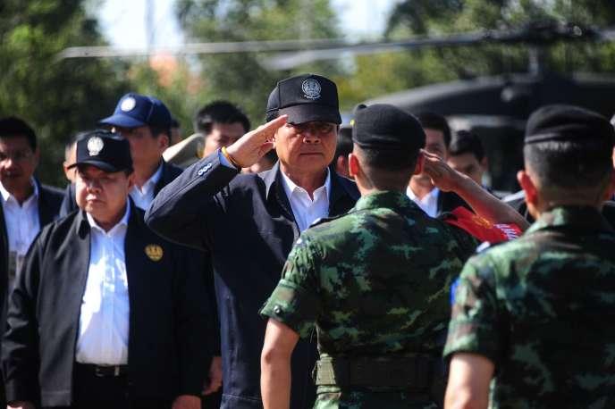 Le premier ministre thaïlandais, Prayuth Chan-ocha, accueilli par des soldats lors d'une visite dans la province deNarathiwat, le 25 juillet 2016.