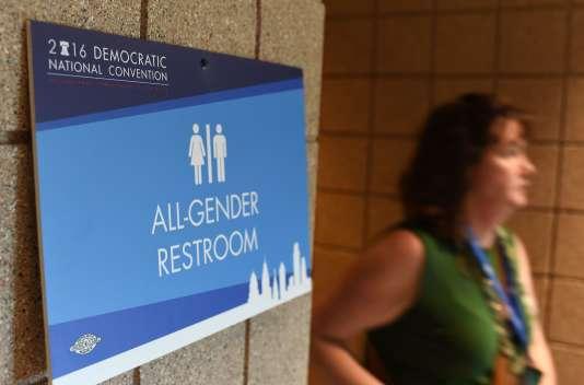 Des toilettes mixtes dans le Wells Fargo Center, lors de la convention démocrate à Philadelphie (Pennsylvannie), lundi 25 juillet 2016. L'usage des toilettes publiques selon l'identité de genre et non le sexe de naissance est un sujet qui fait débat dans plusieurs Etats américains.