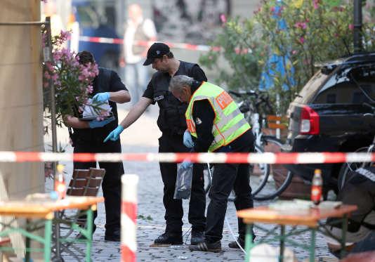 Des policiers inspectent les lieux, le 25 juillet 2016,où un homme s'est fait exploser àAnsbach.