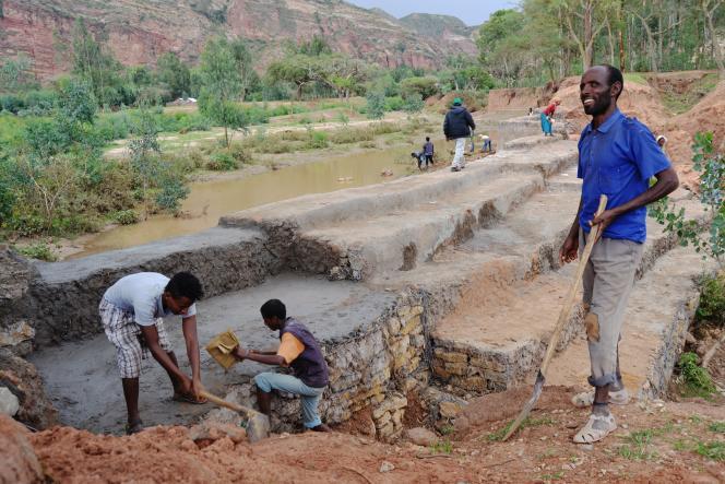 A Abreha We Atsbeha, pour lutter contre les effets de la sécheresse, il a fallu creuser des centaines de puits, construire des digues, restaurer les berges érodées des rivières.
