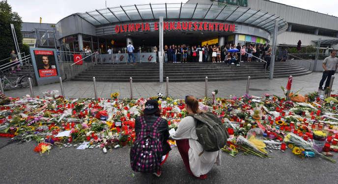 Hommage aux victimes du forcené de Munich, devant le centre commercial Olympia, le25 juillet 2016.