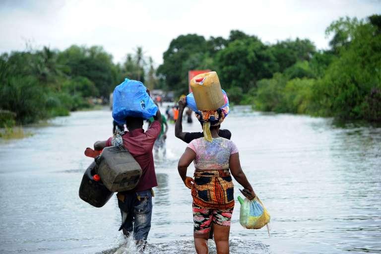 Des habitants de West Point, le plus grand bidonville du Liberia, fuient face à la montée des eaux.