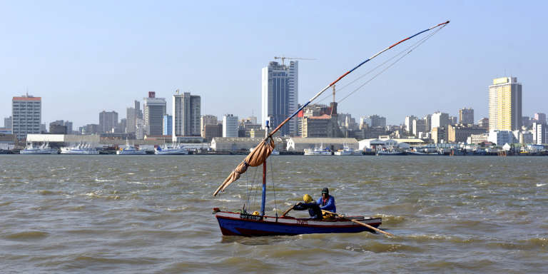 Traditional fishing boats sail beneath Maputo's skyline, in Mozambique August 15, 2015. REUTERS/Grant Lee Neuenburg/File Photo FOR EDITORIAL USE ONLY. NO RESALES. NO ARCHIVES.