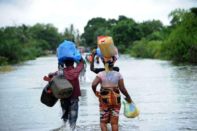 A Monrovia, des habitants marchent sur la route inondée vers l'aéroport de la capitale, le 1er juillet 2016.