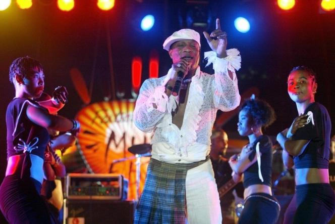 Koffi Olomide, la star congolaise de la musique africaine, lors d'un concert à Dakar en 2005.